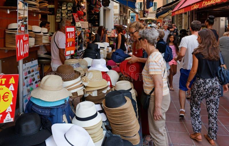 De Verkopende Hoeden van de markttribune in een Straat van Oude Stad Nice stock fotografie