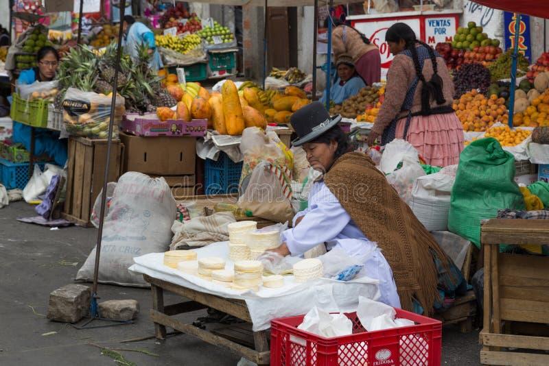 De verkopende kaas van de marktvrouw in La Paz, Bolivië stock fotografie