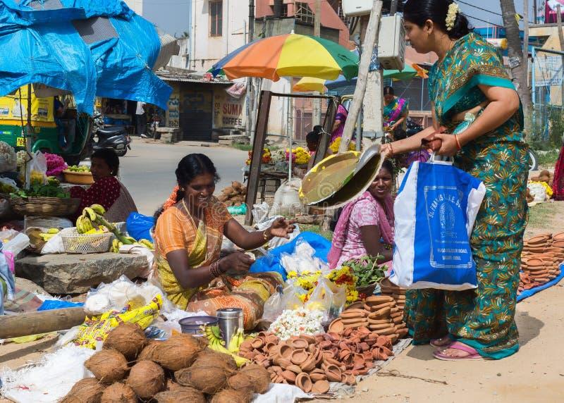 De verkopende kokosnoten en platen van de olielamp in de straten van Bangalore royalty-vrije stock foto