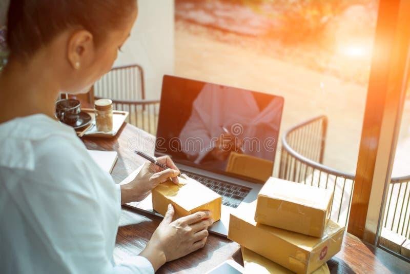 De verkoper bereidt producten aan hun klanten, verkoop te leveren voor, online is het winkelen een vorm van e-commerce die toesta royalty-vrije stock foto's