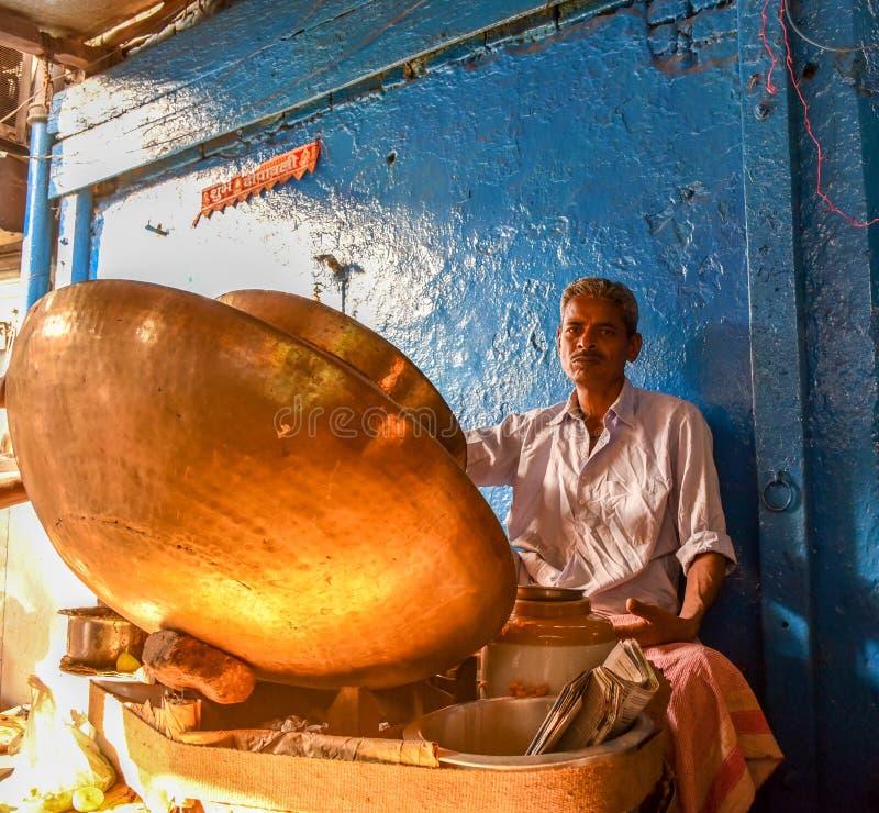 De verkoper van het straatvoedsel in New Delhi stock foto's