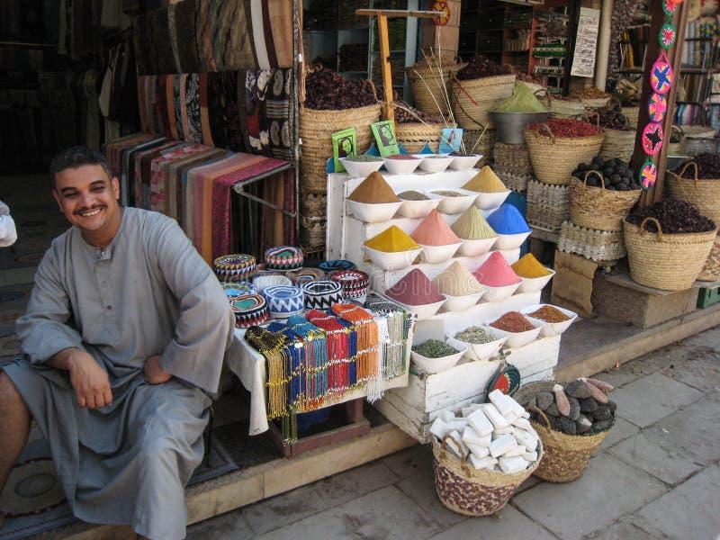 De verkoper van kruiden in Souk. Egypte stock afbeeldingen