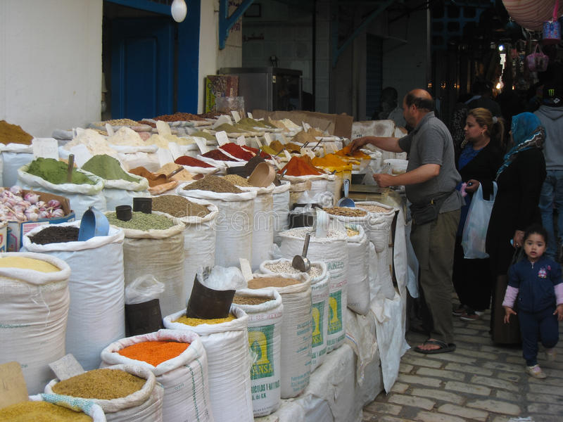 De verkoper van kruiden in Souk. Sousse. Tunesië stock fotografie