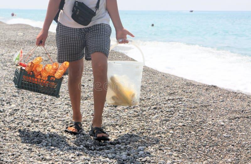 De verkoper van spaanders en graan op het strand stock fotografie