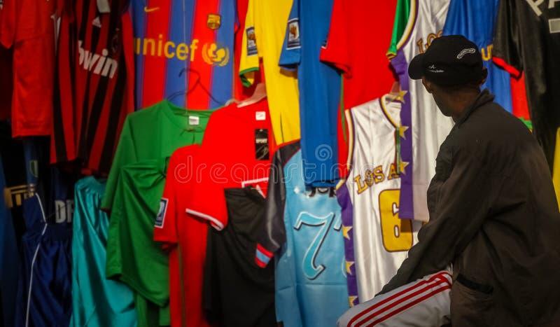 De verkoper van sportt-shirts stock foto