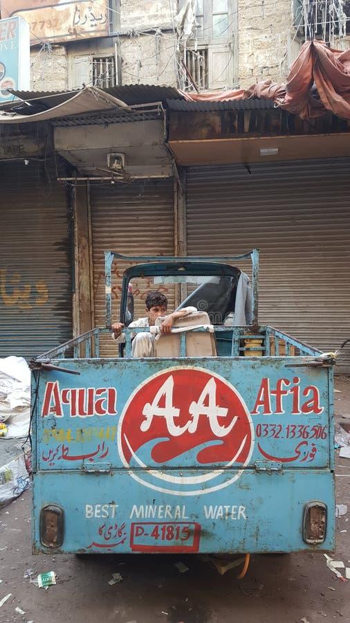 De verkoper van de straat in Karachi stock afbeelding