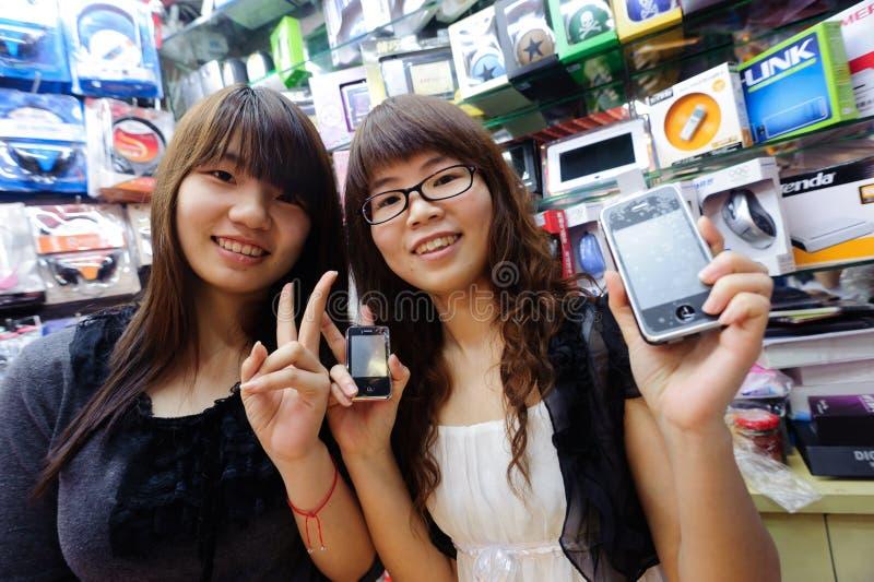 De verkopers in cellphone slaan op royalty-vrije stock foto