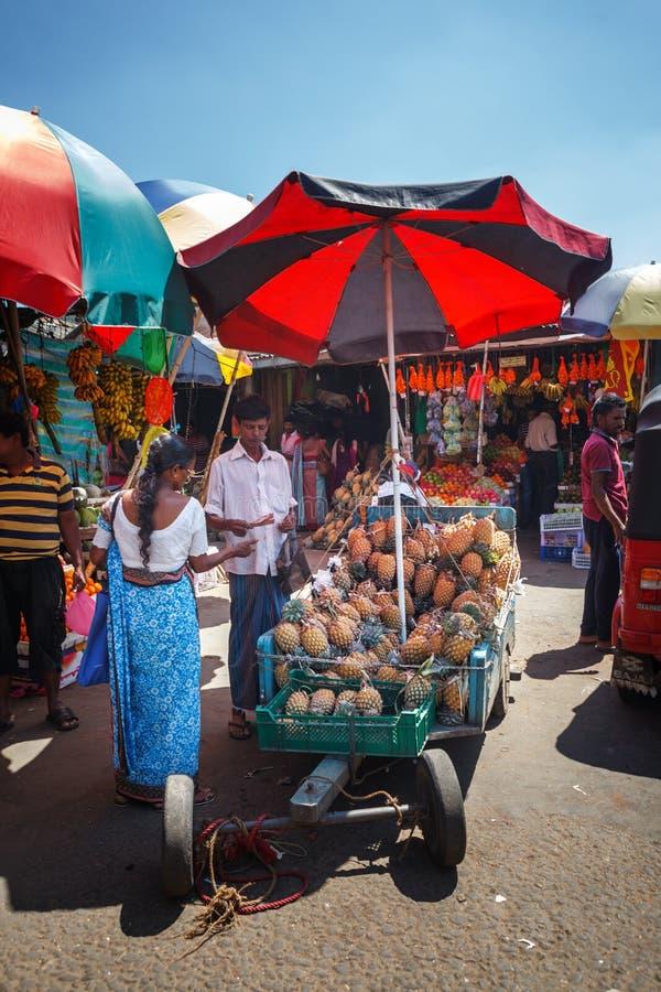 De verkopers in straatwinkel verkopen verse vruchten bananen, papaja en groenten Traditionele Aziatische lokale markt stock foto