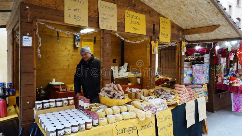 De verkopers verkopen kaas en andere kwaliteits Italiaanse producten in Bologn stock afbeelding