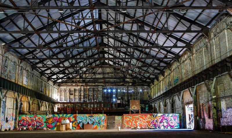 De verlaten Antieke Bouw met Graffiti stock afbeeldingen