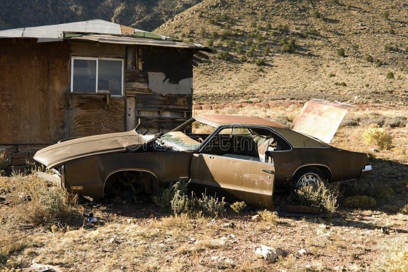 De verlaten Auto van de Troep in Woestijn stock afbeelding