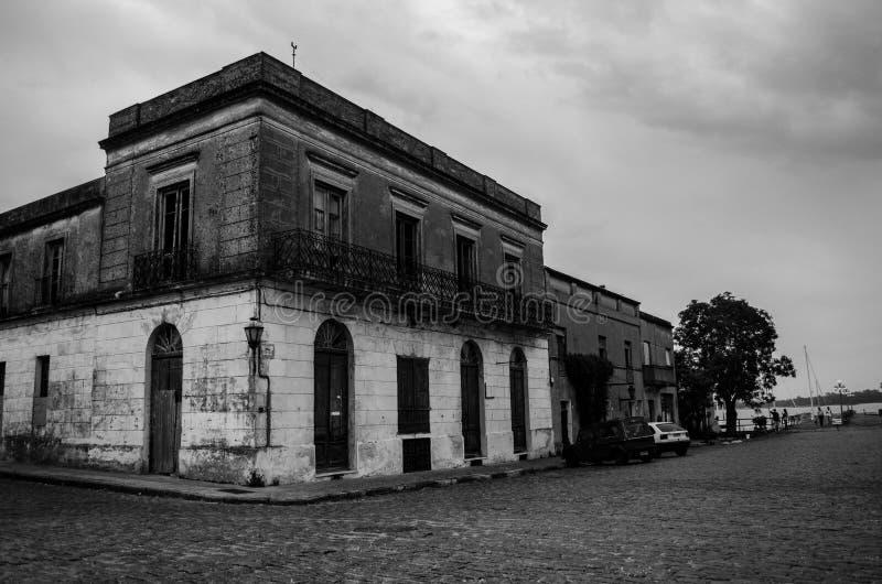 De verlaten bouw in historische buurt van Uruguay stock foto