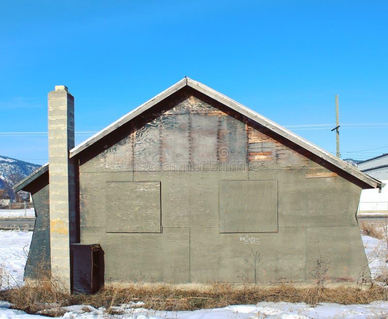 De verlaten bouw met ingescheepte vensters royalty-vrije stock afbeelding