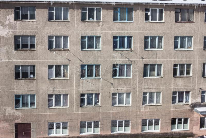 De verlaten bouw met meerdere verdiepingen Verlaten sanatorium of slaapzaal stock afbeeldingen