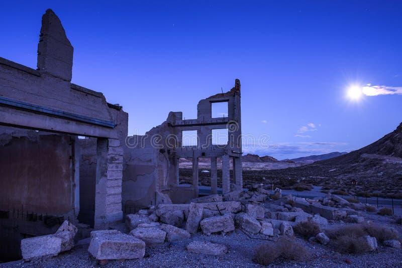 De verlaten bouw in Ryoliet, Nevada bij nacht met volle maan royalty-vrije stock foto's