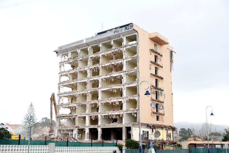 De verlaten Bouw Slag onderaan een oud hotel De oude verlaten bouw, oud Hotel, klopte neer om nieuw iets te doen stock afbeelding
