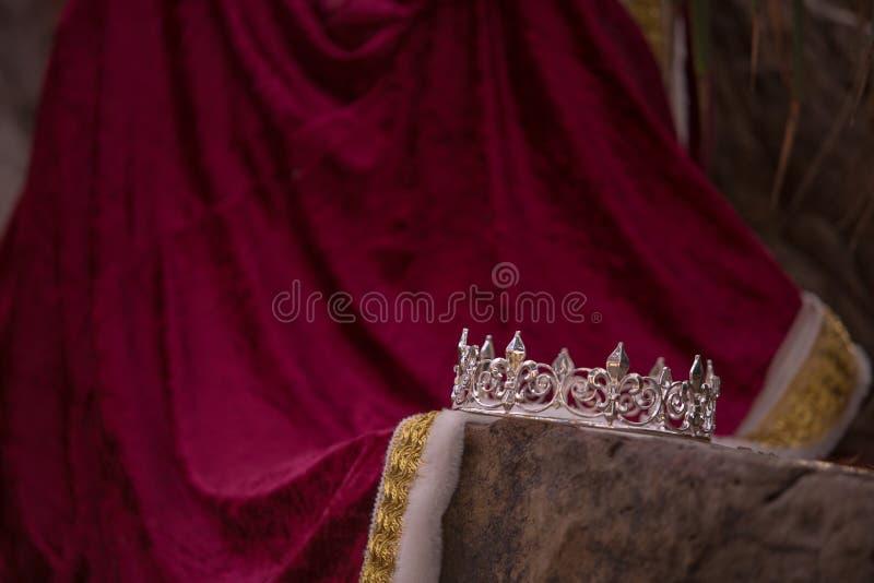 De de verlaten Kroon en Robe van de Koning royalty-vrije stock afbeeldingen