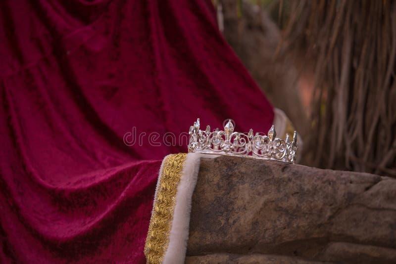 De de verlaten Kroon en Robe van de Koning stock afbeelding