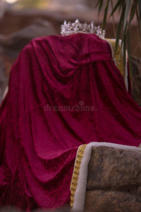 De de verlaten Kroon en Robe van de Koning royalty-vrije stock foto