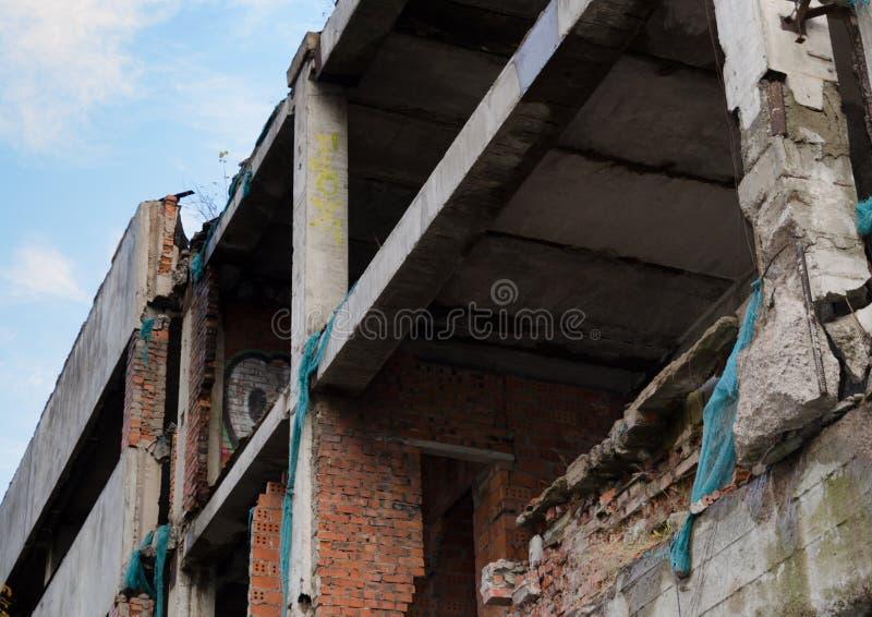 De verlaten onvolledige bouw Een voorbeeld van onverantwoordelijke houding tegenover bouw royalty-vrije stock foto's