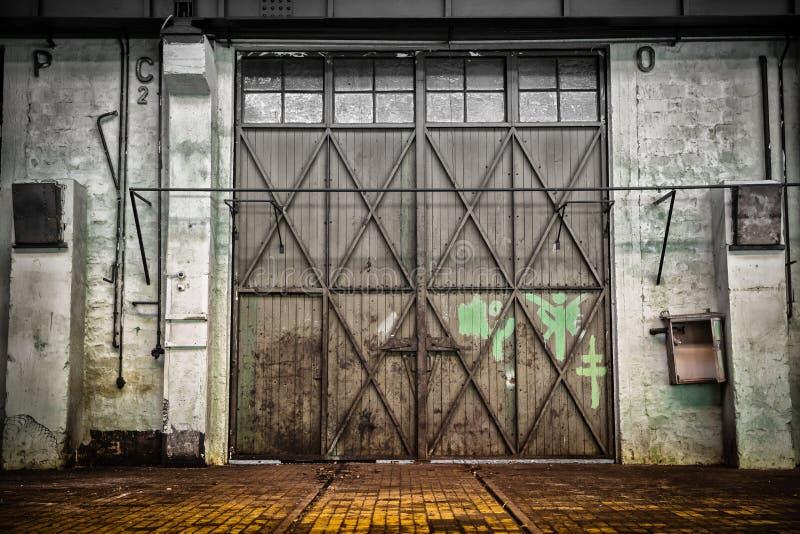 De verlaten oude binnenlandse post van de voertuigreparatie, royalty-vrije stock afbeelding