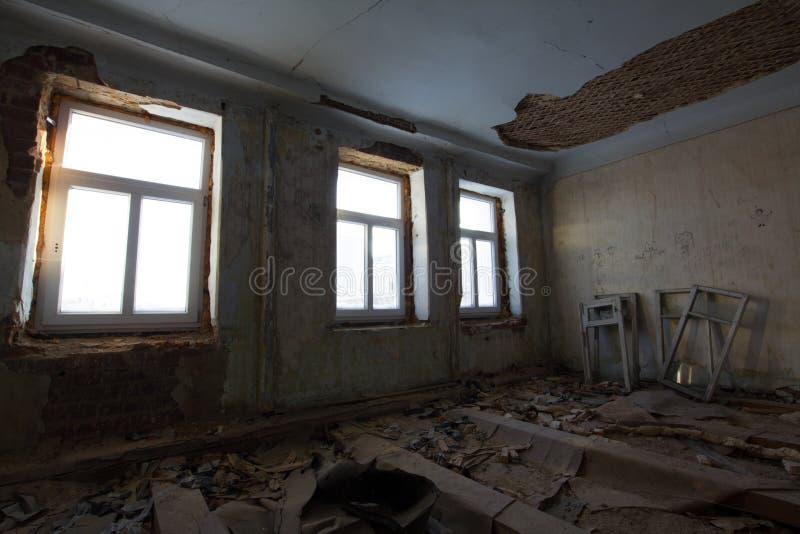 De verlaten oude bouw - wederopbouw in spookhuis stock afbeelding