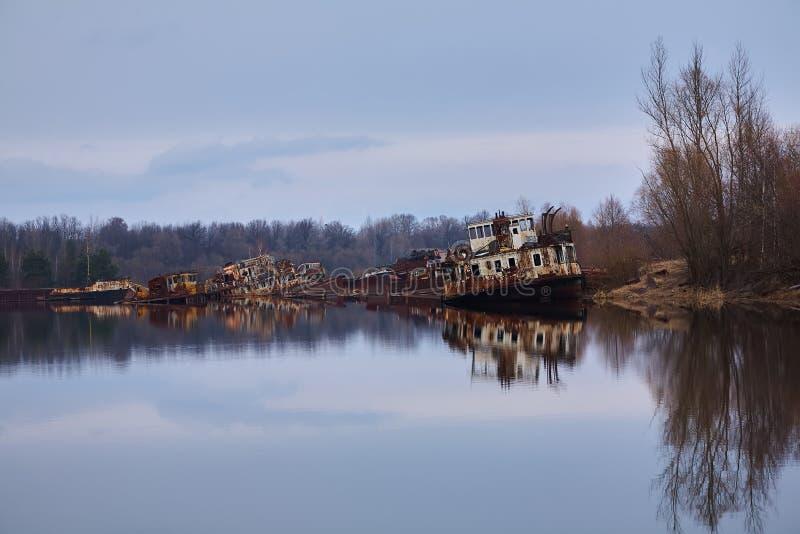 De verlaten rivierhaven in Pripyat Verlaten schepen in de rivier dichtbij van Tchernobyl Moderne ru?nes Radioactief metaal royalty-vrije stock afbeelding