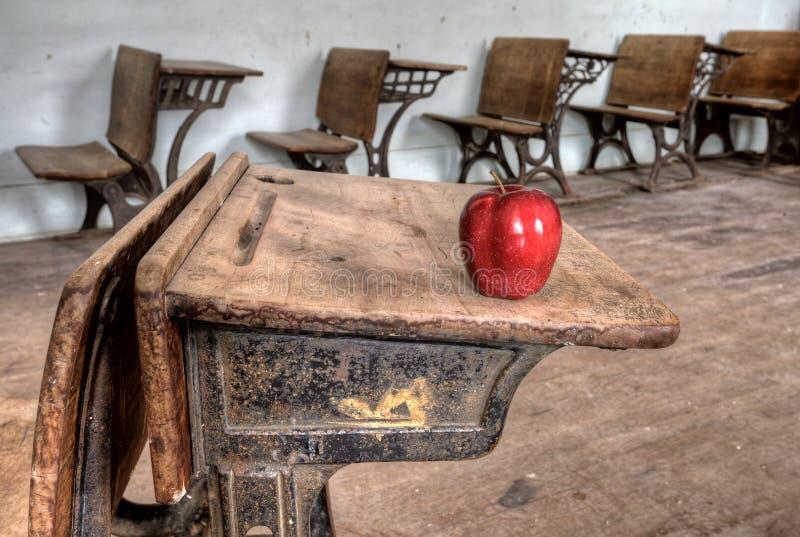De verlaten rode appel van het Schoolhuis royalty-vrije stock fotografie