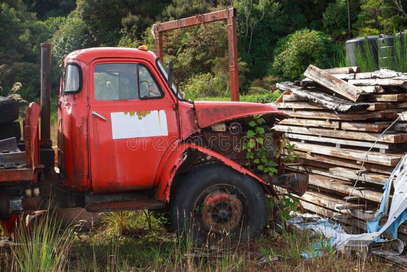 De verlaten rode flatbed vrachtwagen roest in openlucht royalty-vrije stock foto