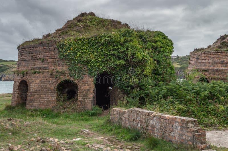 De verlaten, verlaten ruïnes van de metselwerk van Porth Wen, Anglesey stock foto