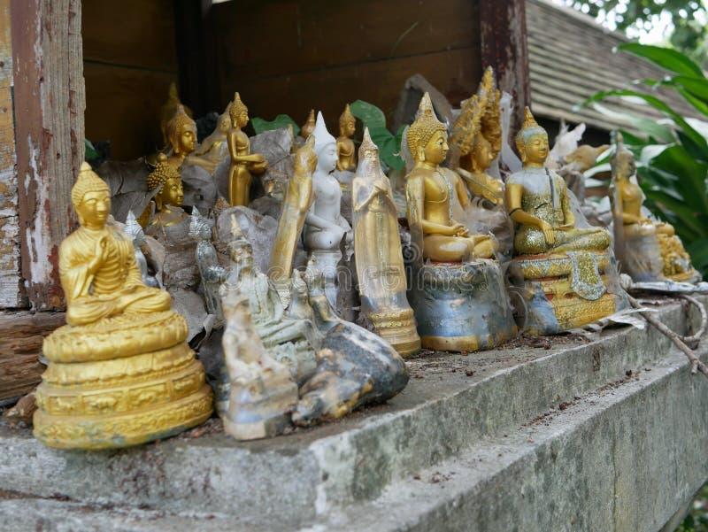 De verlaten standbeelden/de beelden van Boedha op oud geesthuis royalty-vrije stock foto's
