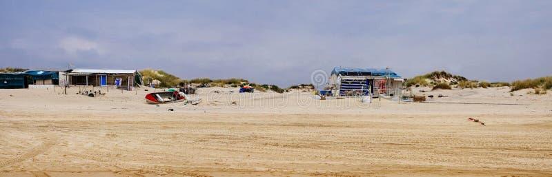 De verlaten strandhutten onder zandig landschap van Coto de Donana National Park in Andalusia stock foto's