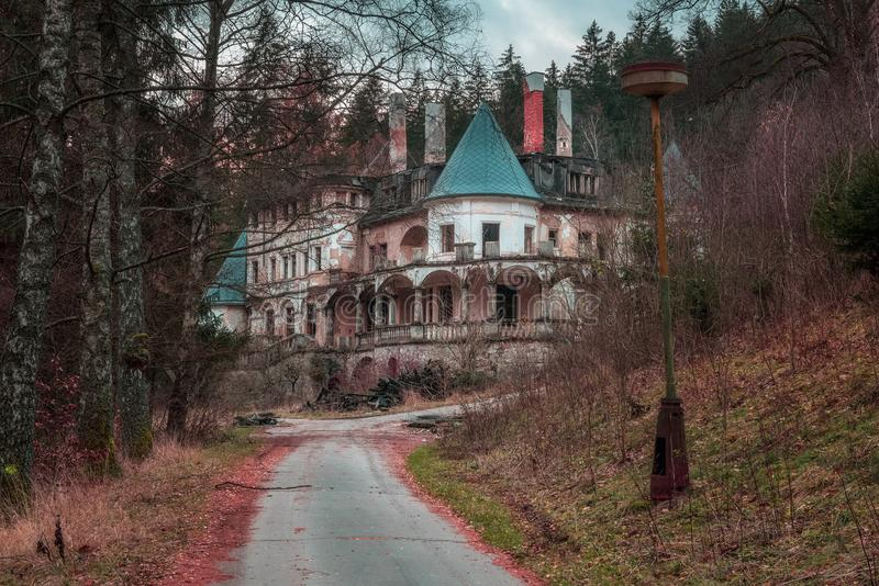 De verlaten toevlucht van het gezondheidskuuroord dichtbij het dorp van Rajecke Teplice stock foto's