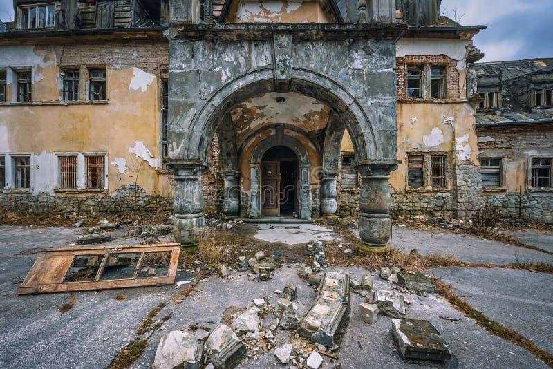 De verlaten toevlucht van het gezondheidskuuroord dichtbij het dorp van Rajecke Teplice in Slowakije stock afbeelding