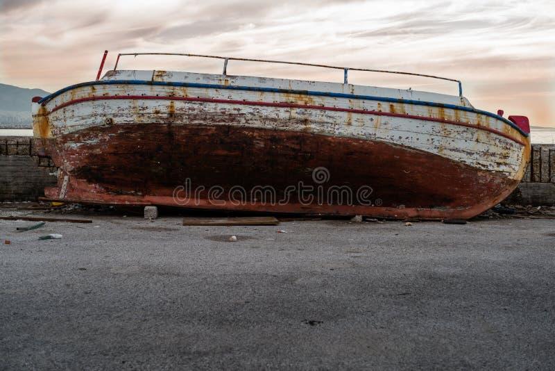 De verlaten vissersboot stock foto's