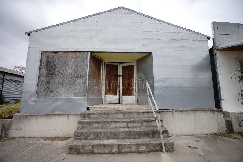 De verlaten zuidelijke stijlbouw in Texas stock afbeeldingen