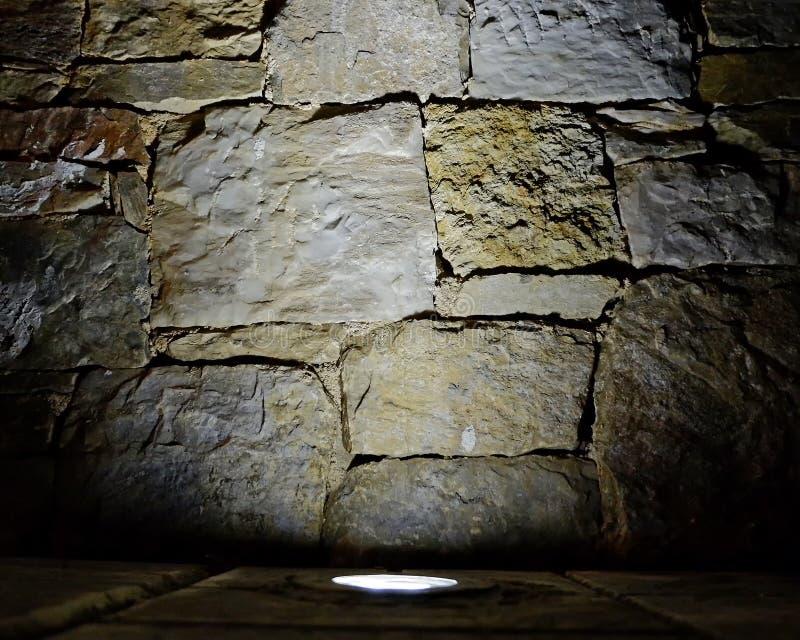 De verlichte achtergrond van de steenmuur, ruimte voor het typen stock foto's