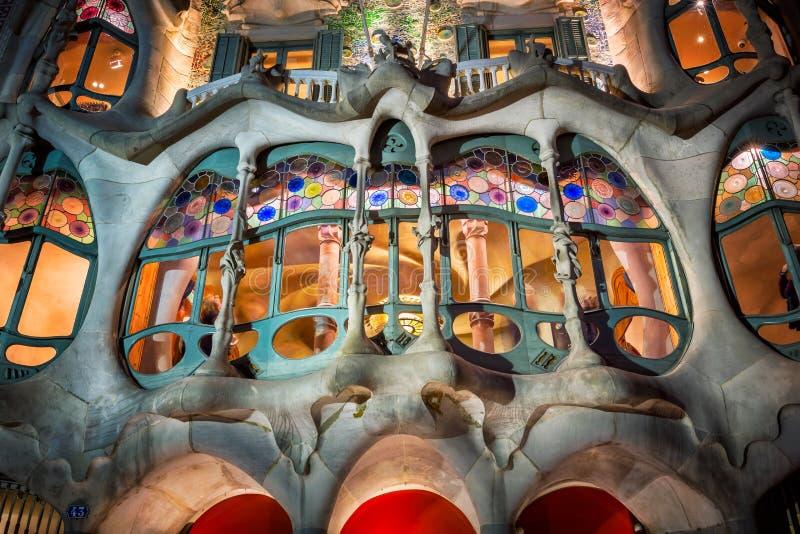 De verlichte die Voorgevel van Casa Batllo, door Antonio Gaudi, Barcelona wordt ontworpen royalty-vrije stock fotografie