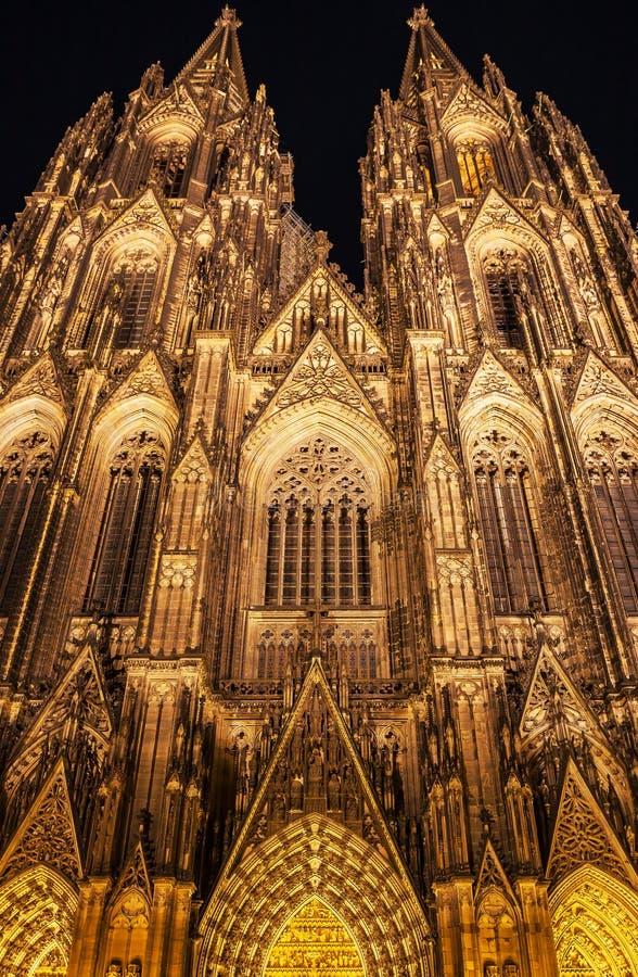 De verlichte Gotische Kathedraal van Keulen bij Nacht, Duitsland stock afbeeldingen