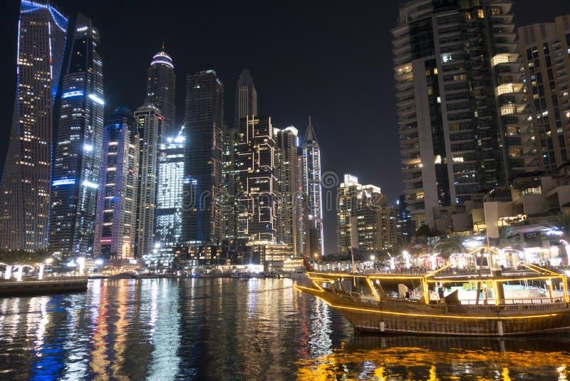 De verlichte Jachthaven van Doubai tijdens de nacht, Verenigde Arabische Emiraten stock afbeeldingen