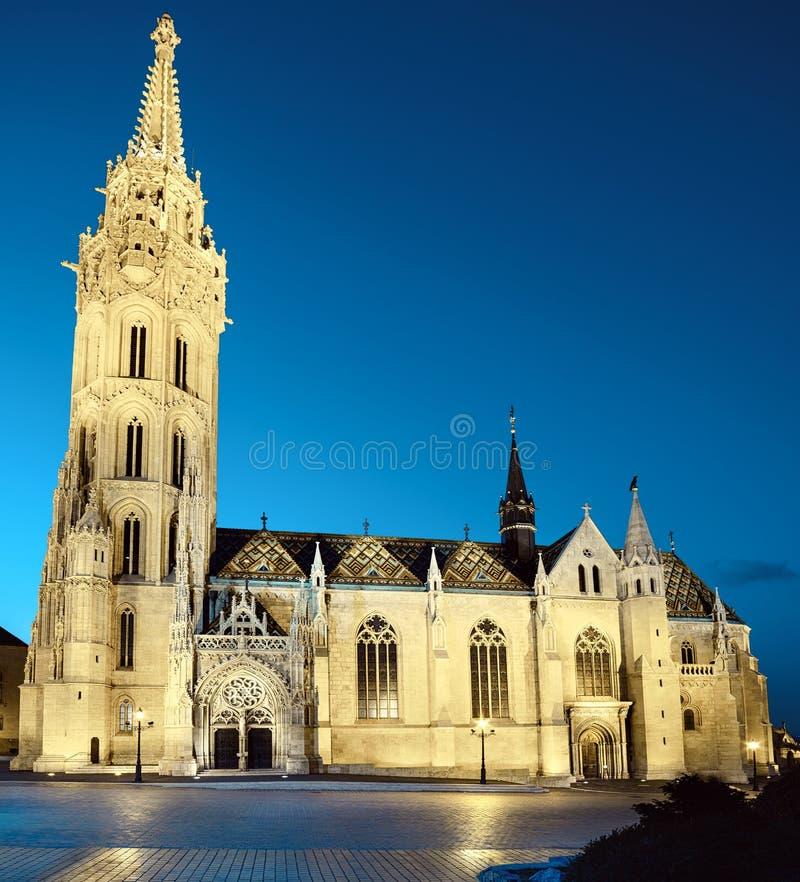 De verlichte kerk van Matthias in Boedapest, Hongarije stock fotografie
