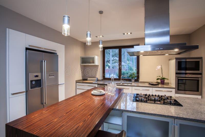 De Verlichte keuken van de travertijn huis stock fotografie