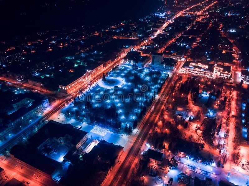 De verlichtingscityscape Siberië, Rusland van Tomsk nigth Tom River stock foto