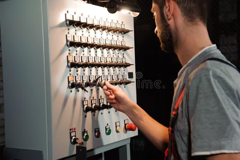 De verlichtingsingenieur past de lichten op stadium dichtbij de scènes aan royalty-vrije stock fotografie