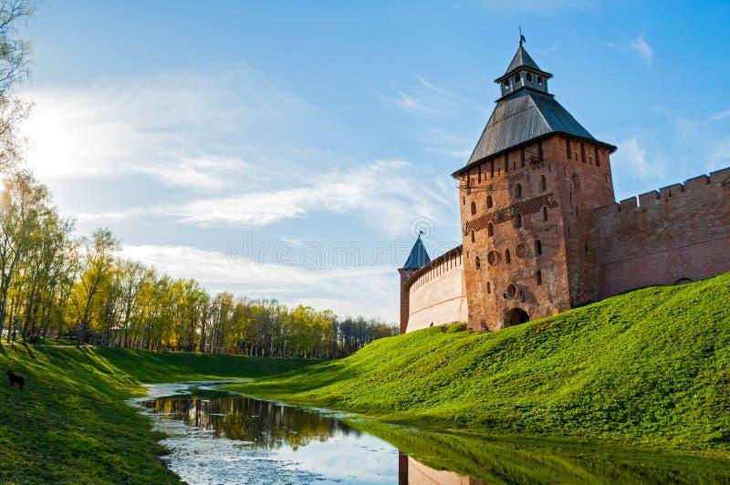 De Verlosser en de Prinstorens van Velikynovgorod het Kremlin in de zomeravond in Veliky Novgorod, Rusland royalty-vrije stock afbeeldingen