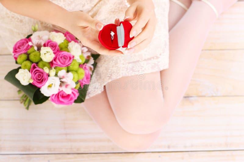 De verlovingsring van de vrouwenholding royalty-vrije stock foto