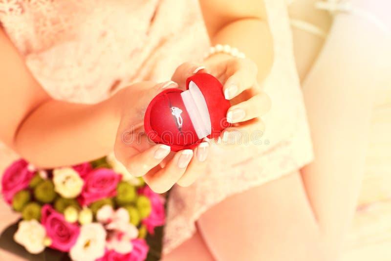 De verlovingsring van de vrouwenholding stock fotografie