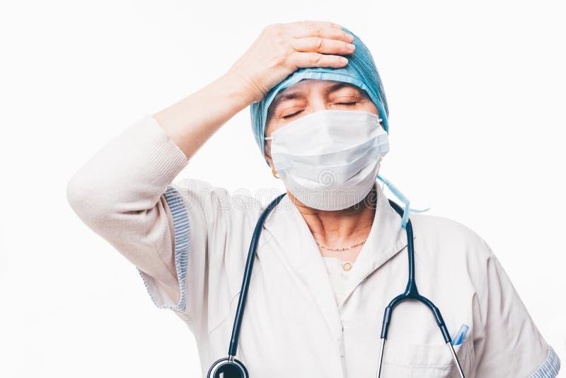 De vermoeide gesloten ogen van de artsenholding royalty-vrije stock foto