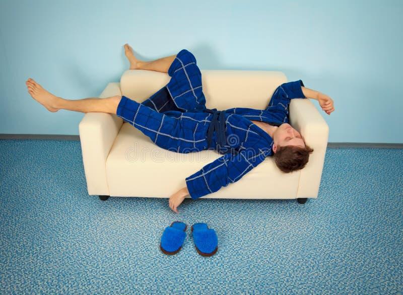 De vermoeide handarbeider rust thuis stock foto