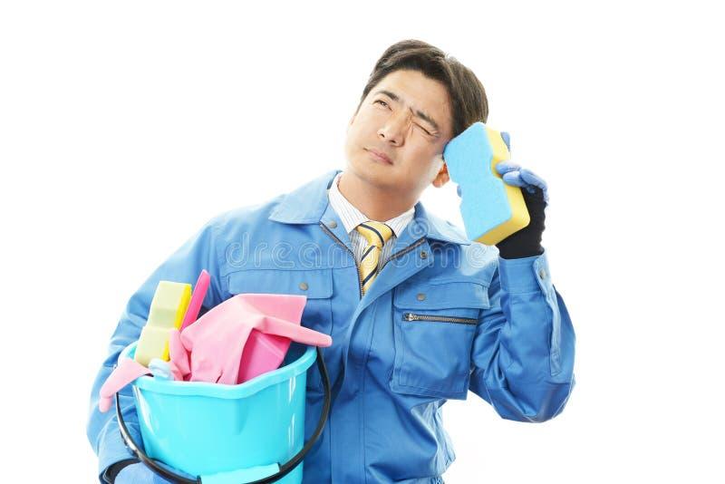 De vermoeide Janitorial schoonmakende dienst stock fotografie